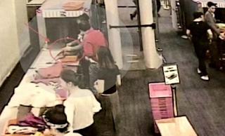 Επιβάτης πάει να περάσει από τον έλεγχο του Αεροδρομίου – Αυτό που του έκανε φύλακας θα το θυμάται για καιρό! ΒΙΝΤΕΟ