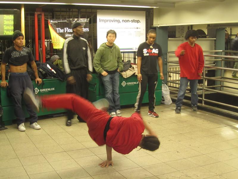 Kotimatkalla näimme 34th Streetin metroasemalla supertaitavia nuorukaisia  tanssimassa. Kaikilla oli omat liikkeensä ja lisäksi he tanssivat ryhmänä bf841a3fa7