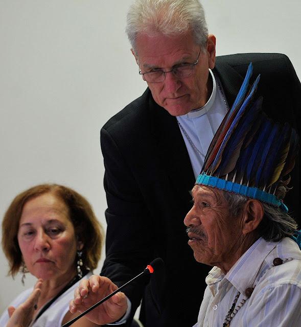Dom Leonardo Ulrich, secretário geral da CNBB, antropóloga Lúcia Helena Rangel e Tito Vilhalva, da etnia Guarani Kaiowá, no lançamento do Relatório de Violência Contra os Povos Indígenas no Brasil. Foto: Antonio Cruz /Agência Brasil