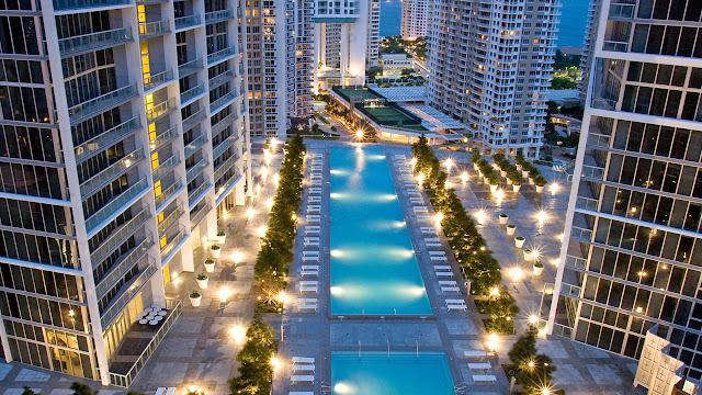 Piscina dos apartamentos em Miami
