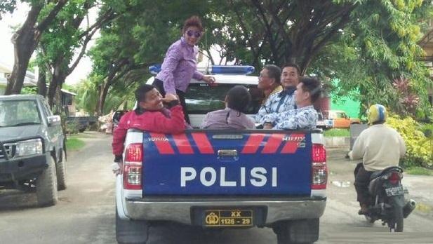 Inilah Gaya Susi Keliling Kota Naik Mobil Polisi Bak Terbuka