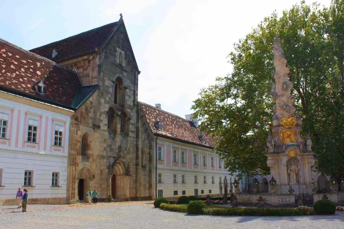 Das Klostergebäude von Stift Heiligenkreuz © Copyright Monika Fuchs, TravelWorldOnline