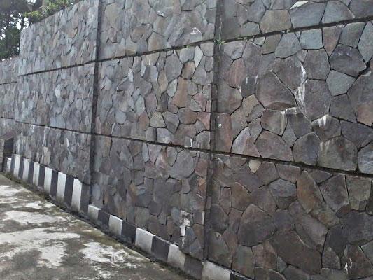 Jenis Batu Alam Untuk Pagar Rumah yaitu Batu Templek