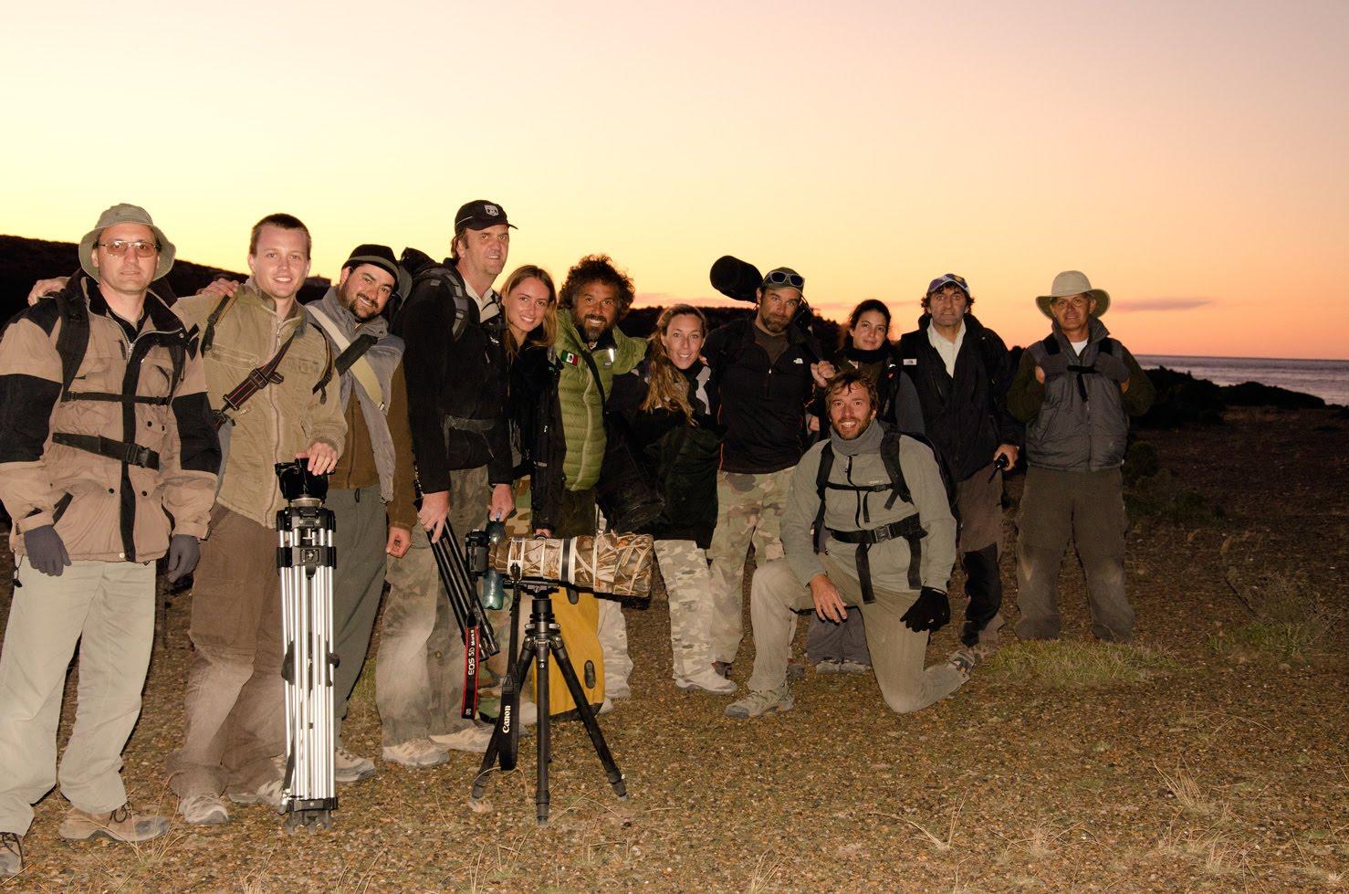 Fotógrafos saliendo del canal de ataque al atardecer