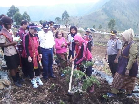 Cinta Danau Toba, Istri Kapolri Tanam 160 Pohon di Sianjurmula Mula