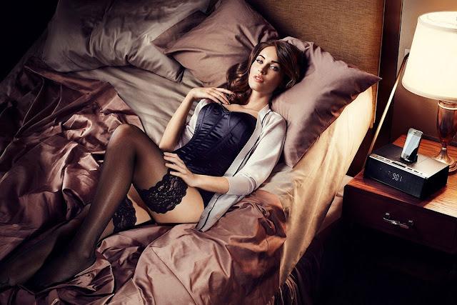 ベッドに横たわるミーガンフォックス