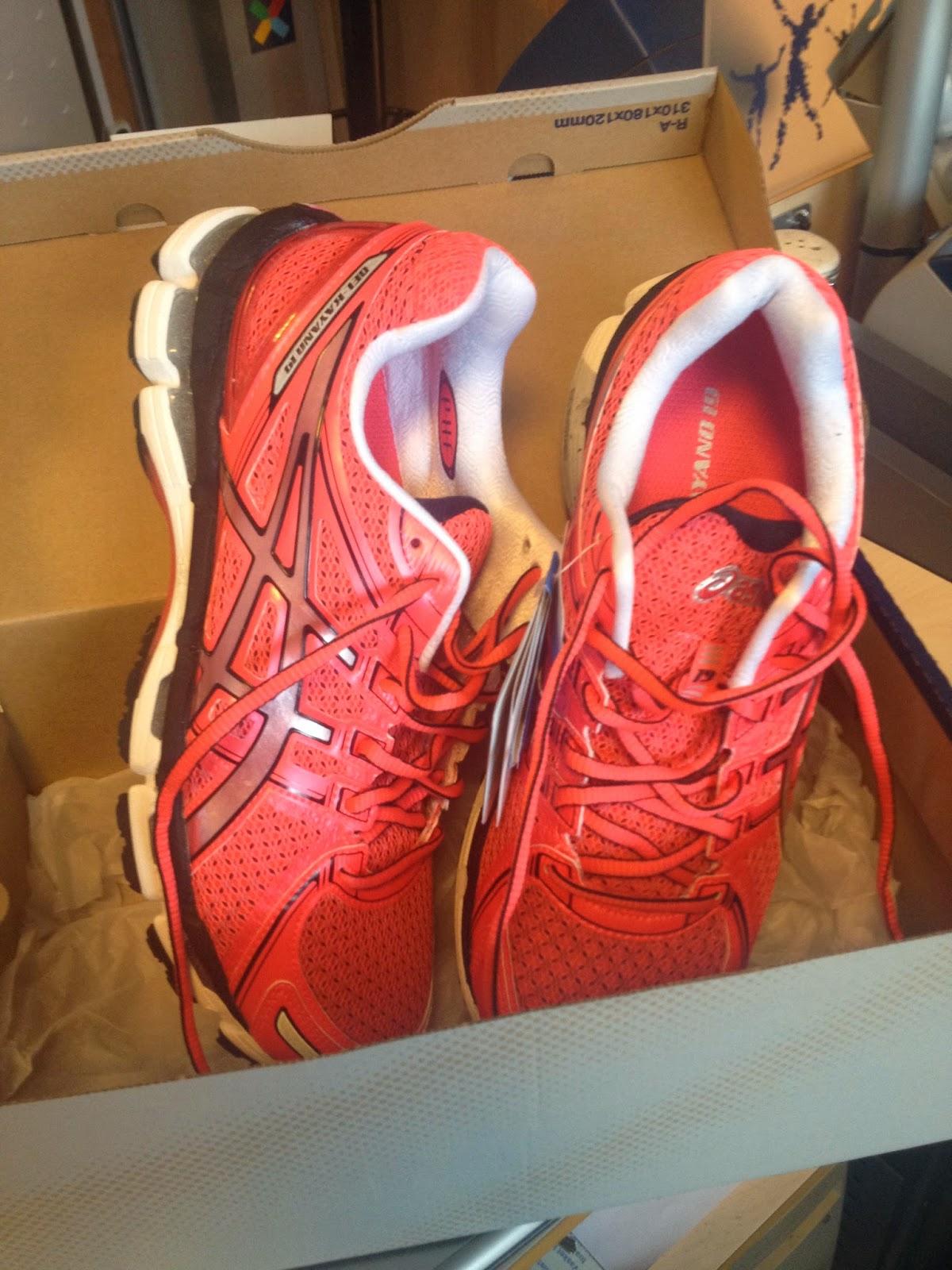 ba076873 Disse skoene ble nøye valgt ut til meg på Asics i London i august i fjor.  Jeg oppga vekt og hvor jeg normalt løp og ble beordret opp på tredemølla.
