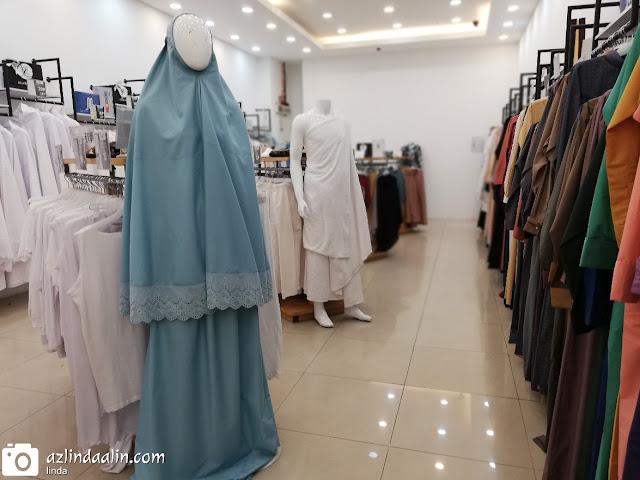 Haqqi Butik Pakaian Kelengkapan Haji dan Umrah - Assalamualaikum. Korang tengah cari pakaian dan kelengkapan Haji dan Umrah ke tu? Entri hari ini, mummy nak sharing butik yang menjual pakaian Haji dan Umrah. Kalau kroang perasan. Masih tak ada banyak butik yang menjual kelengkapan haji dan umrah, kan ? Kalau korang nak tahu, Butik Haqqi yang berada di Shah Alam, Bangi, TTDI dan Terengganu ni, ada menjual barangan dan kelengkapan haji dan umrah. Apa dia? Jauh? Kalau tak boleh datang Butik Haqqi. Korang boleh beli online je di www.haqqi.com.my . Semua kelengkapan haji dan umrah ada di Butik Haqqi Online ni !
