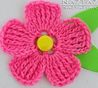 http://translate.google.es/translate?hl=es&sl=auto&tl=es&u=http%3A%2F%2Fwww.naztazia.com%2Fdiy-free-pattern-crochet-large-petal-flower.html