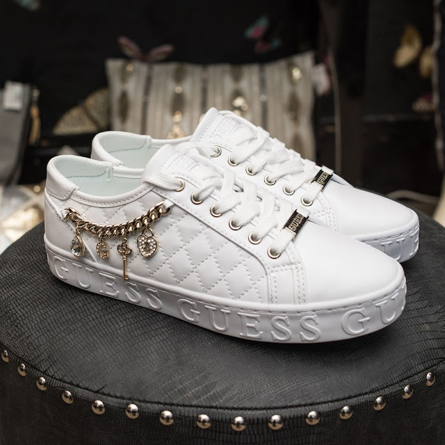 GUESS GRASELIN SNEAKER CHAIN AND CHARM