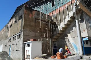 Recuperação de trechos danificados por infiltração nas paredes externas do vestiário e alojamento do ginásio
