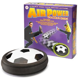 Un ballon sur coussin d'air pour jouer au foot dans la maison