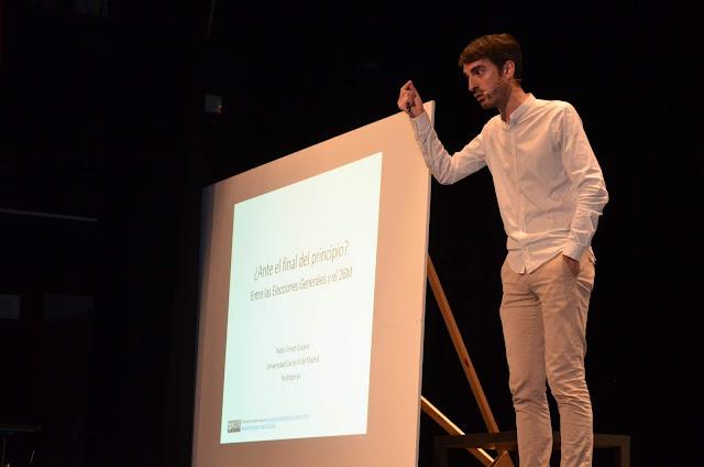 Pablo Simón acompañó su intervención de gráficos y datos proyectados en una pantalla