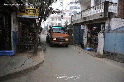 ネパールの街中を走る作業者
