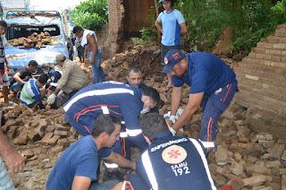 Muro cai sobre populares no centro de Cajazeiras nesta segunda-feira (21)