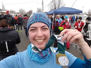 Coureuse souriante, médaille, foule, demi-marathon des Glaces