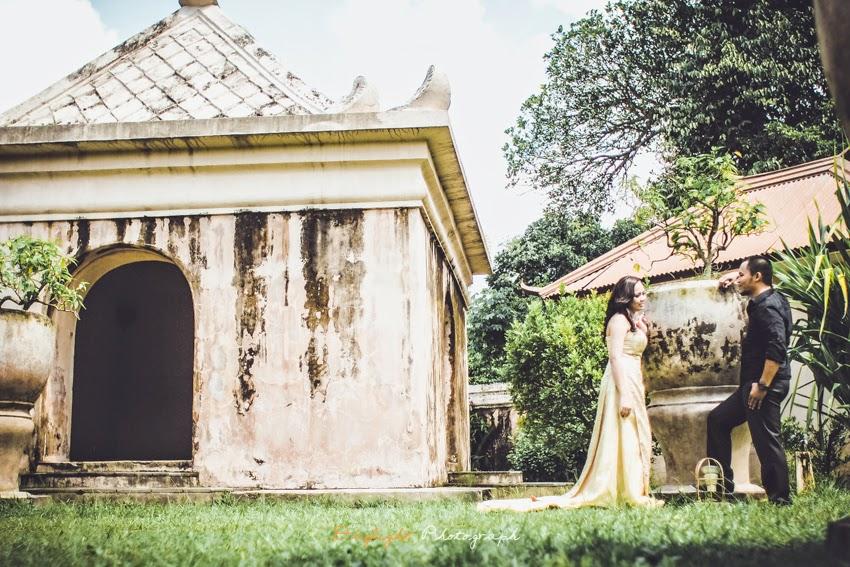 foto prewedding outdoor di tamansari yogyakarta