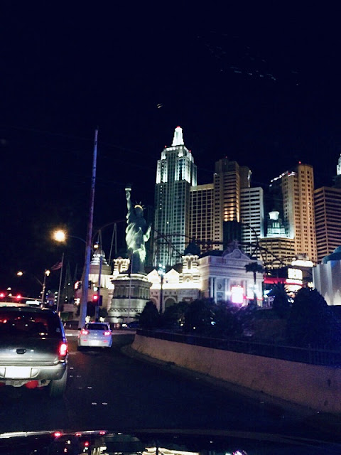 Auf dem Strip in Las Vegas bei Nacht mit  Blick auf die Freiheits-Statue