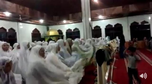 Sambil Teriak, Jemaah Masjid
