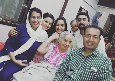 Amrapali Dubey with Her Family Father, Mother, Sister and Grandmother - Photo