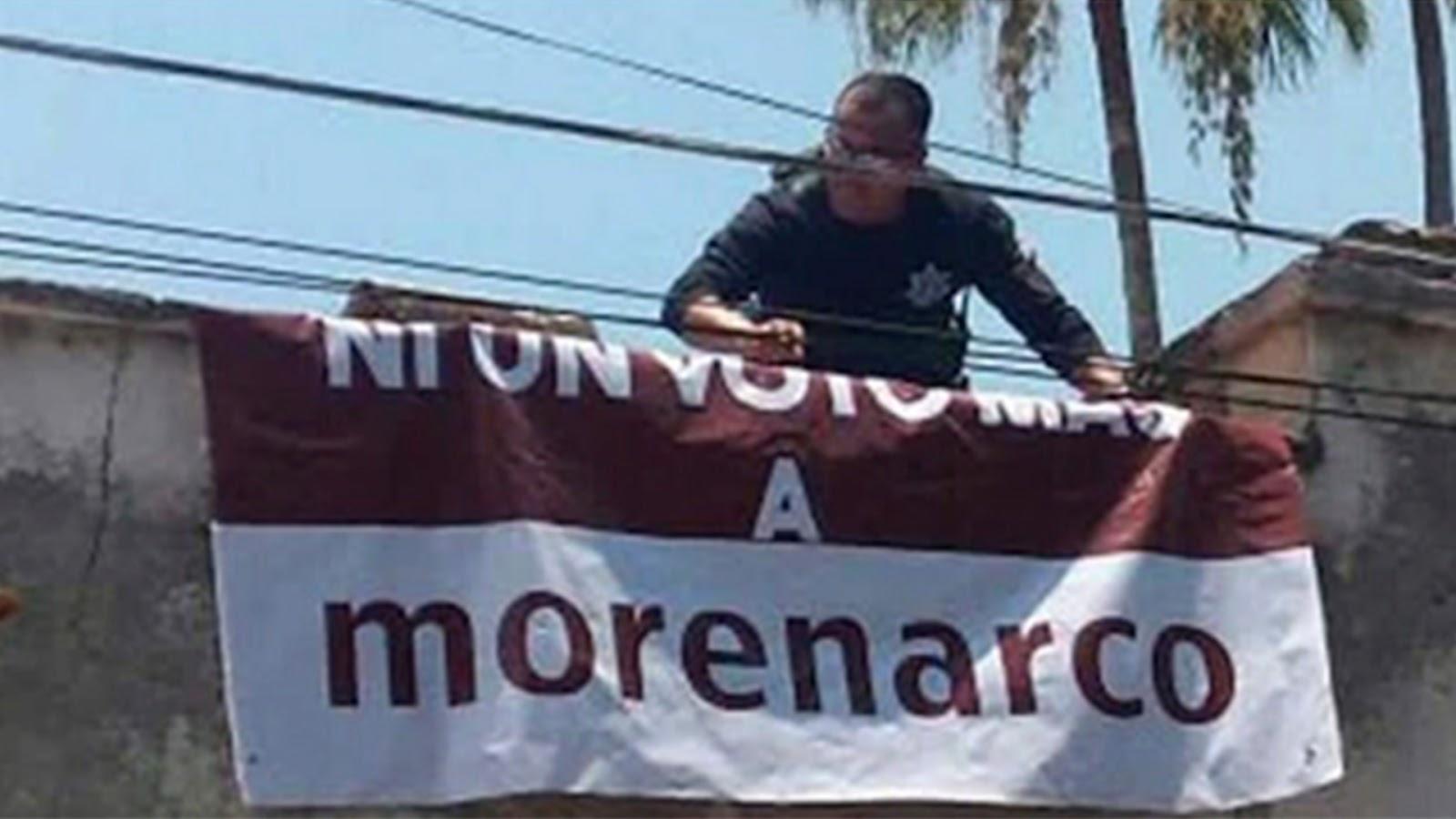 Viralizan foto de policía federal colocando una manta contra Morena en Boca del Río