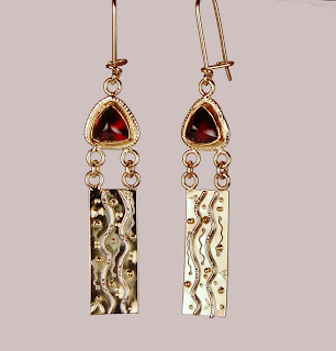 Rectangular 18k gold earrings with triangular garnets at the top