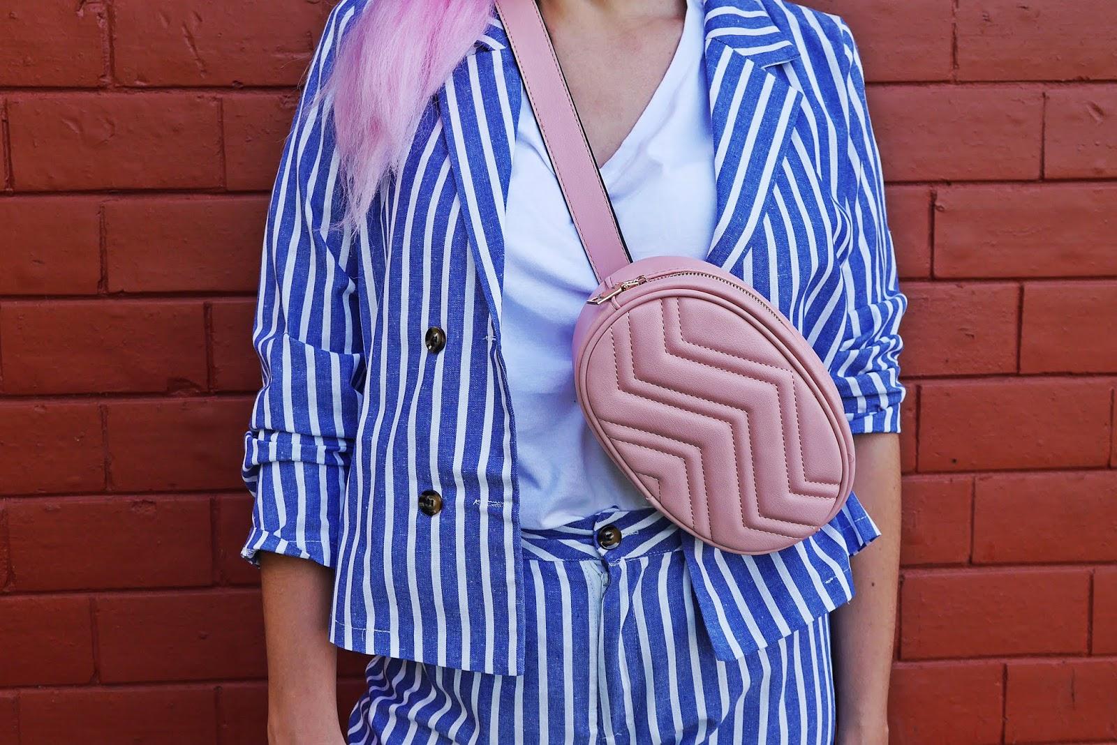 różowa torebka nerka renee marynarka w paski biały t-shirt karyn blog modowy