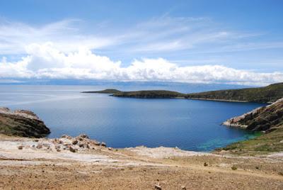Vista hermosa del Lago Titicaca en la Isla del Sol