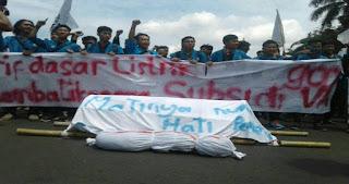 Aksi Mahasiswa Bela Rakyat 121 di Depan Istana Bawa Keranda Mayat, Ini Tujuannya