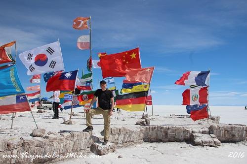 Monumento-a-las-banderas-Salar-de-Uyuni