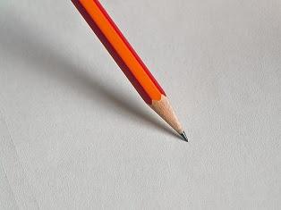 matita arancione che scrive
