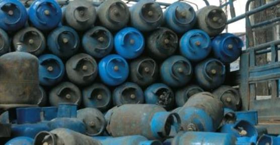 محتكري الغاز بالسويداء يخفون الأسطوانات تحت المواد الغذائية وبيعها بأسعار مضاعفة!