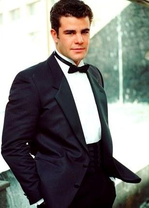 Foto de Eduardo Capetillo con terno y corbata michi