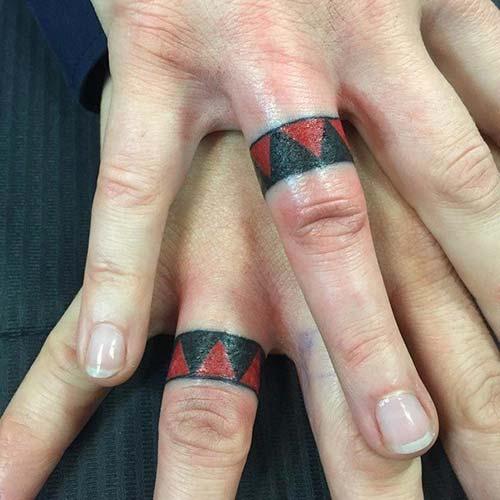 red black wedding rin tattoo kırmızı siyah yüzük parmağı çift dövmesi