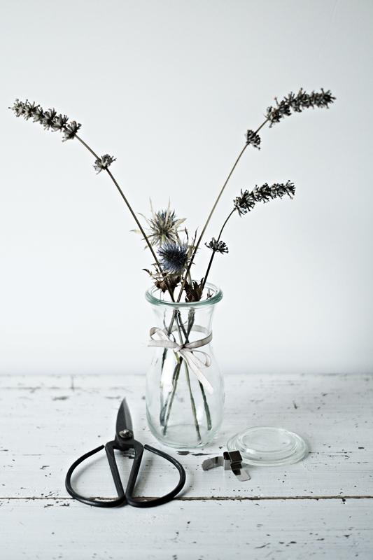 Blog + Fotografie by it's me! - getrockneter Lavendel und Disteln, eine alte Schere und eine Glasflasche