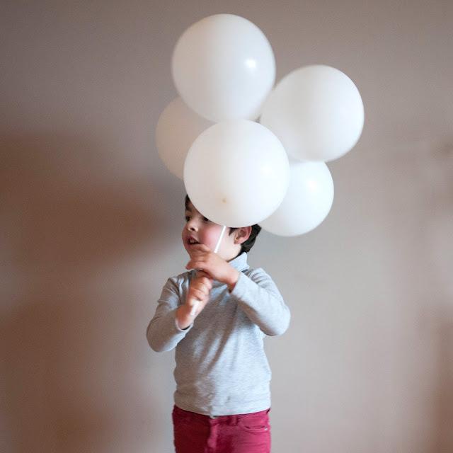 Con una nube de globos