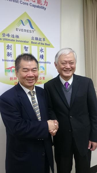 宏遠總經理葉清來(左)與研華總經理何春盛(右)。