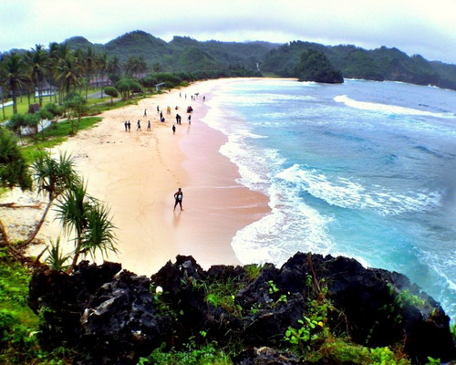 Tinuku.com Srau beach in Pacitan present three surfing spots paradise on reef break waves and white sand snorkeling