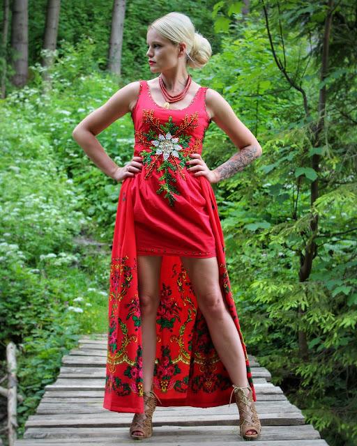 Czerwona, stylizowana, góralska sukienka z odpinaną spódnicą, ręcznie wyszywana cekinami i koralikami.