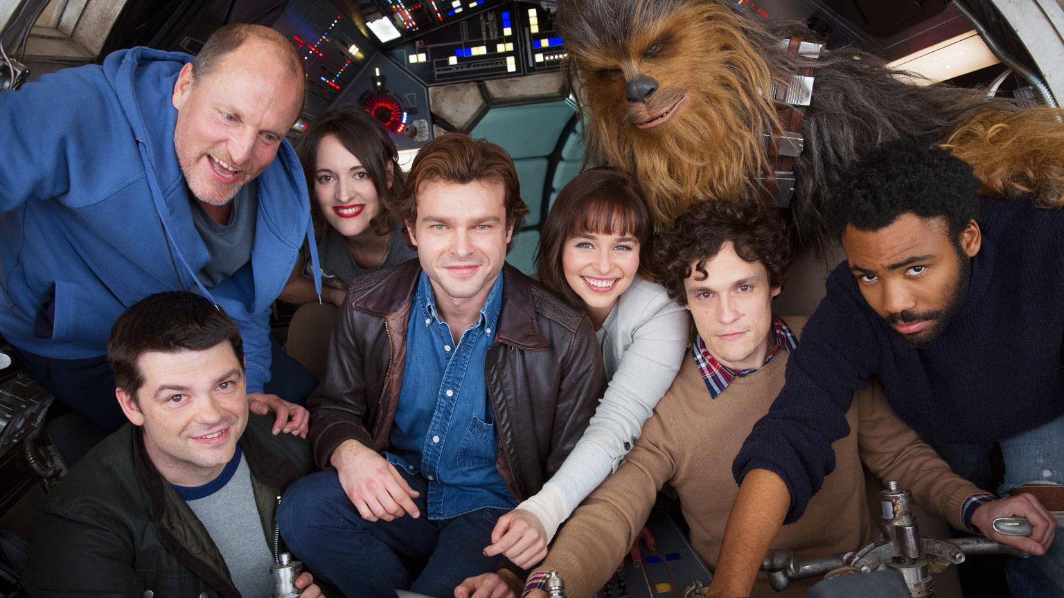 Alden Ehrenreich como Han Solo, Woody Harrelson, Emilia Clarke, Donald Glover como Lando Calrissian, Thandie Newton, y Phoebe Waller-Bridge, con Joonas Suotamo como Chewbacca.