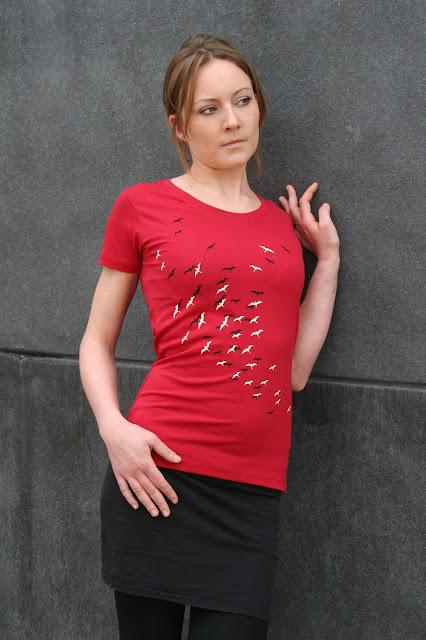 rotes feminines T-Shirt mit Vögeln