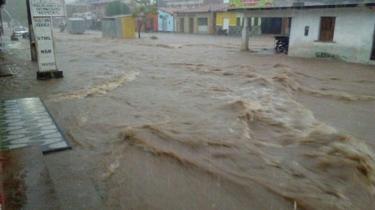 Forte chuva deixa cidade de Brejo totalmente alagada, confira as imagens.