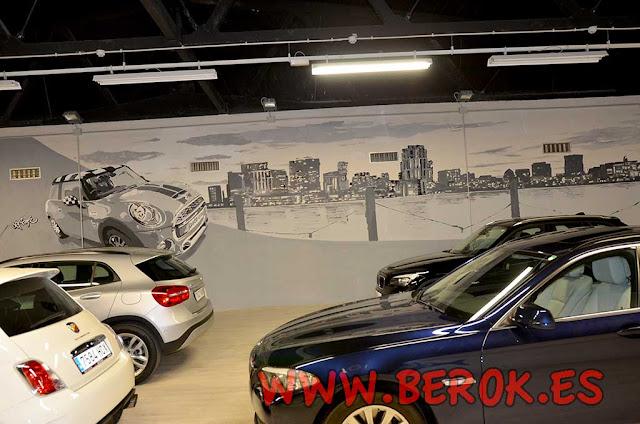 Mural de coche Mini y skyline pintado en concesionario