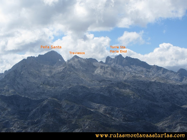 Ruta al Cabezo Llerosos desde La Molina: Vista de la Peña Santa, Torre de los Traviesos y Torre de Satna María de Enol, desde el Cabezo Llerosos