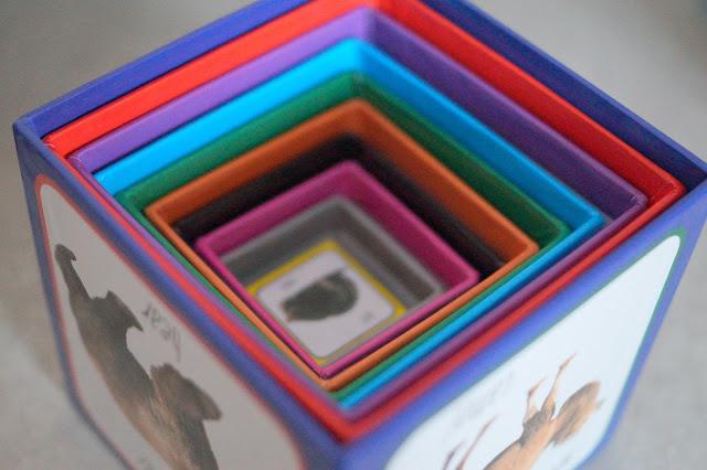Piramida zabaw- kartonowe klocki