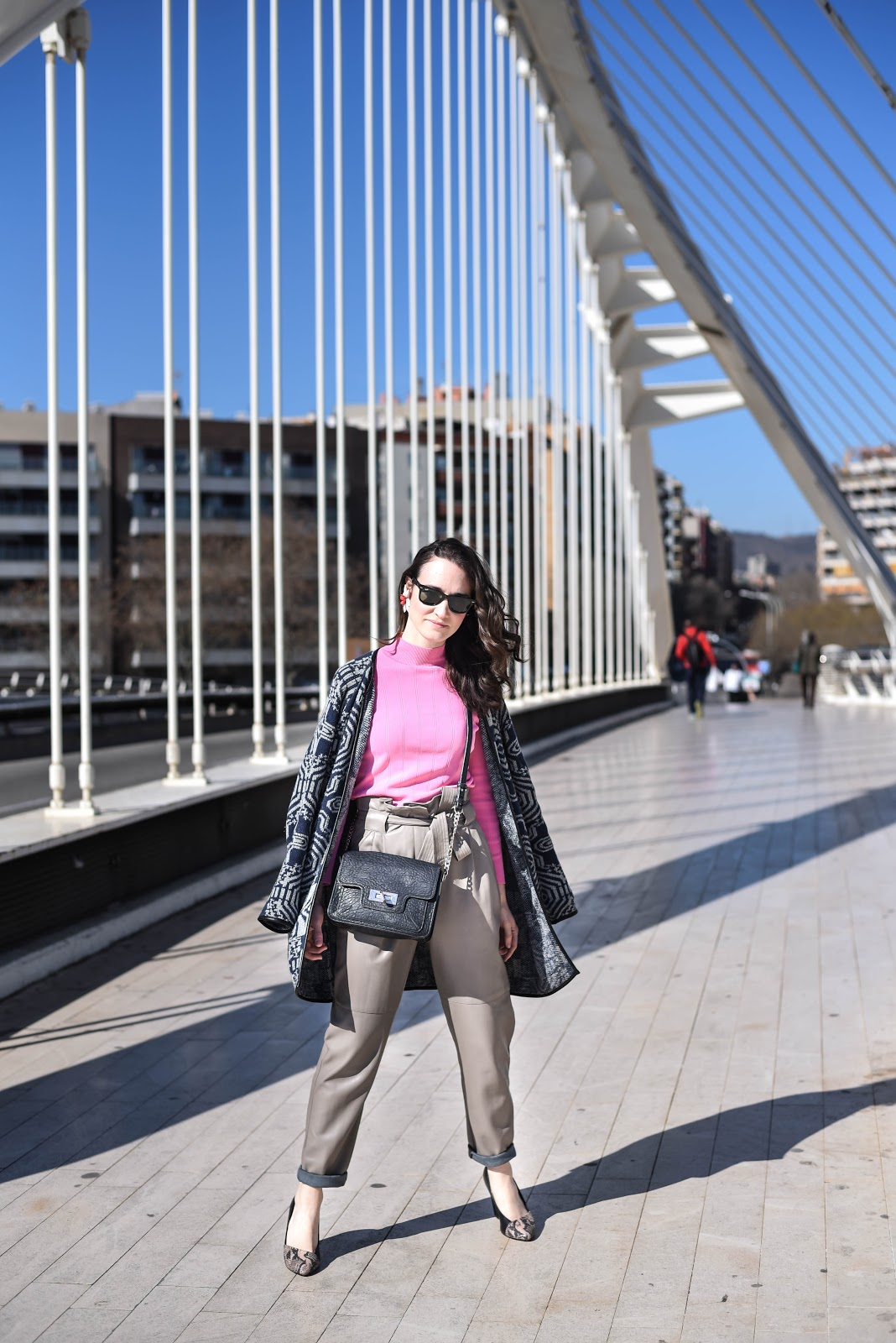 pink_top_street_style_look_big_earring_leather_pants