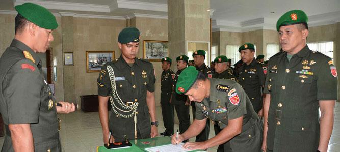 Panglima Komando Daerah Militer (Pangdam) XVI/Pattimura, Mayjen TNI Doni Monardo hari ini memimpin acara penyerahan dan serah terima jabatan (sertijab) di Lobi Makodam.