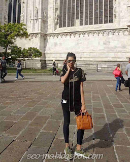 Foto keren Mikha Tambayong memakai kacamata