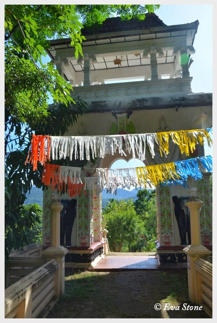 Eva Stone photo, entrance, rock cave temple, Bambaragala Rajamaha Vihara