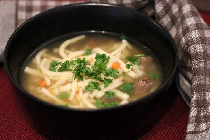 Suppe mit selbst gemachten Nudeln